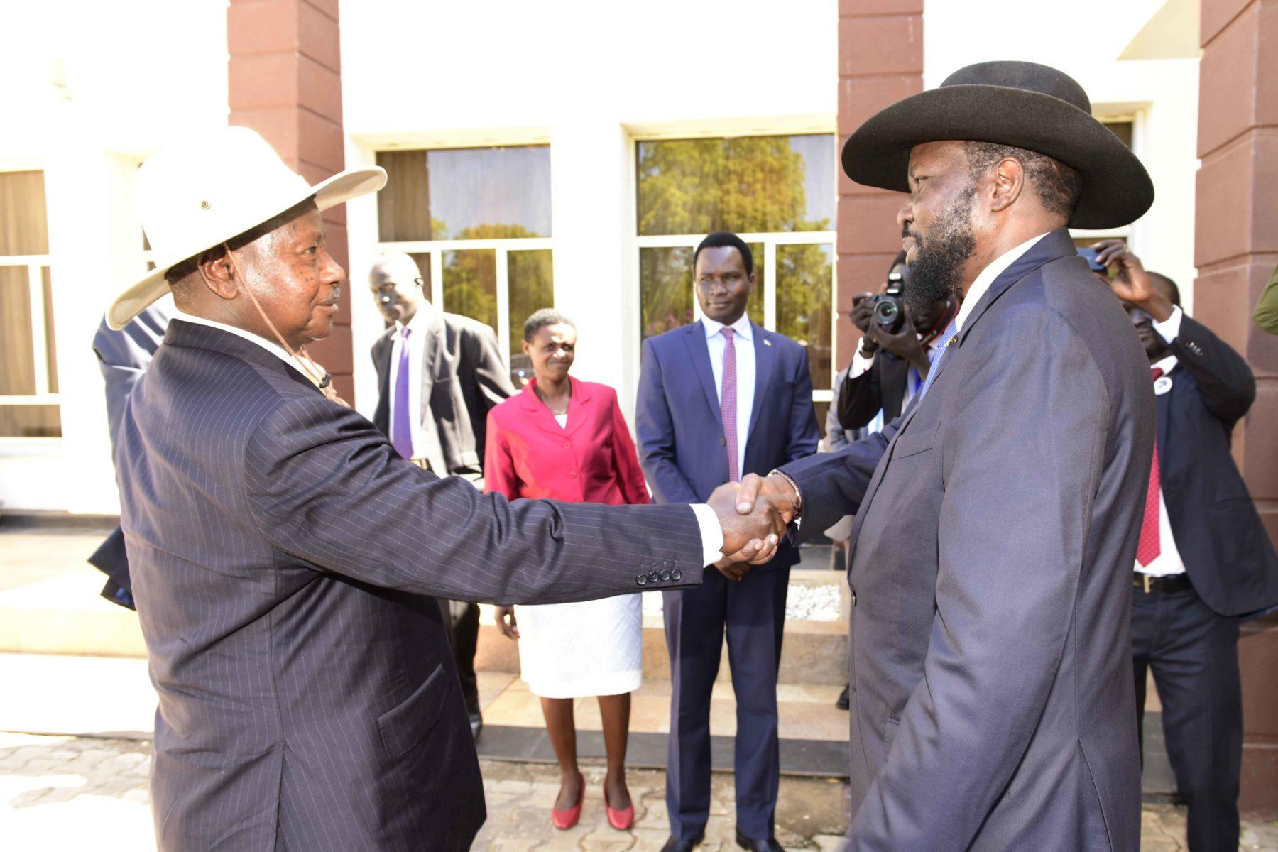 Kiir welcomes Museveni to Juba.