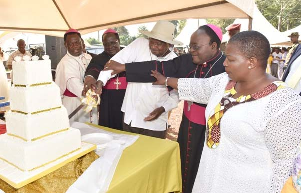 President Yoweri Museveni flanked by Bishop Charles Wamika (L) of Jinja, Archbishop Emmanuel Obbo (2nd L) of Tororo and Cyprian Lwanga (R) of Kampala cut the cake during the golden jubilee celebrations of Jinja Diocese. PPU Photo