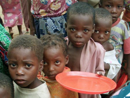 Chilodren in Zimbabwe lineup for porridge as famine escarsrtes. (PHOTO/Courtesy)