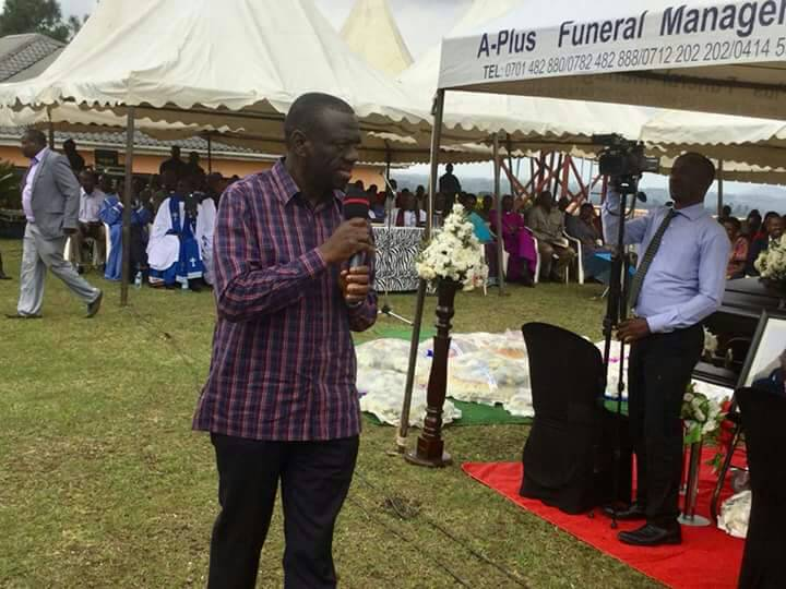 Dr Besigye addresses mourners at the funeral.
