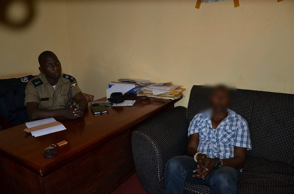 A suspected robber, Zabron Bakerwa arrested by police in Nansana. (PHOTO: PPU)