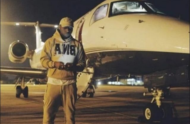 Nigerian music star bounces with his newly purchased private jet. (Net Photo)
