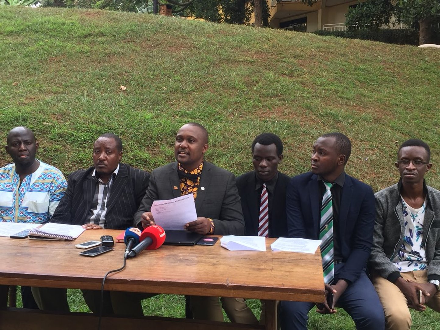 Doctors under the Uganda Medical Association led by Ekwaro A Obuku - have come out to condemn the toture of MPs Zaake Francis and Robert Kyagulanyi and pledged to over medical care to the legislators (PML Daily PHOTO)