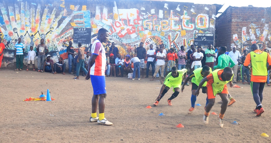 Hassan Mubiru (left) conducting his first training session at Katwe United on Monday (Photo by Agency)