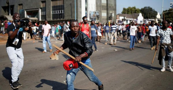 Supporters of the opposition Movement for Democratic Change party (MDC) of Nelson Chamisa carry stones as they block the streets of Harare, Zimbabwe, August 1, 2018. (Photo: REUTERS)