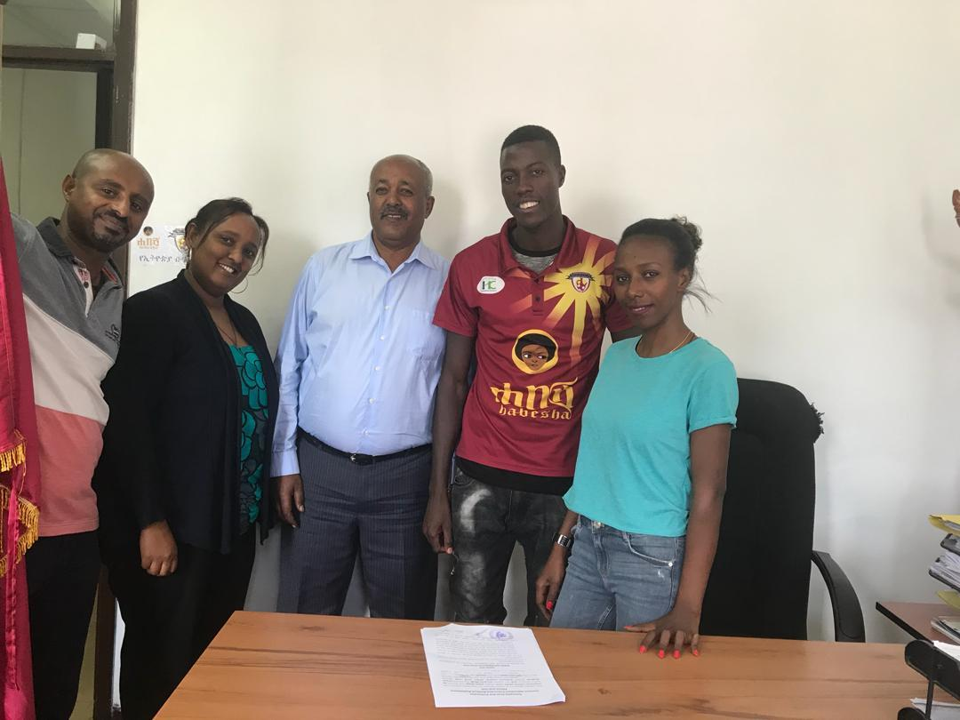 Ismail Watenga (second right) posses for a picture with Ethiopia Bunna officials on Wednesday (photo by agencies)