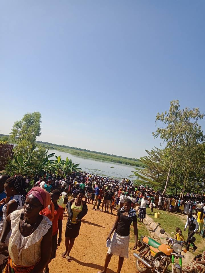 People gather around a section of R.Nile where the Canter truck plunged into the river (PML Daily PHOTO)