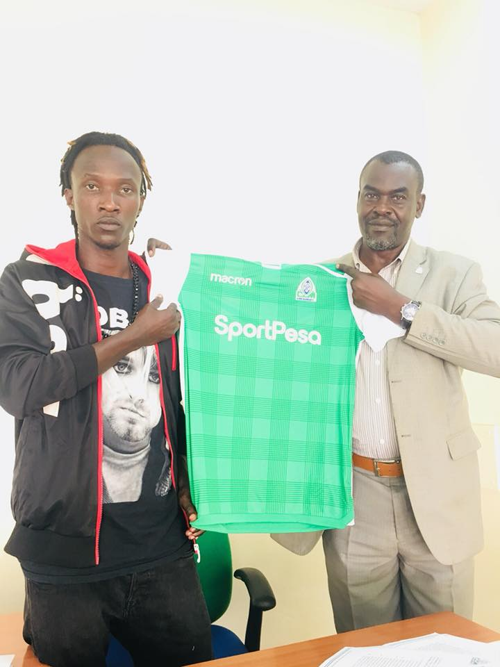 Batambuze (left) after signing for Gor Mahia on Tuesday