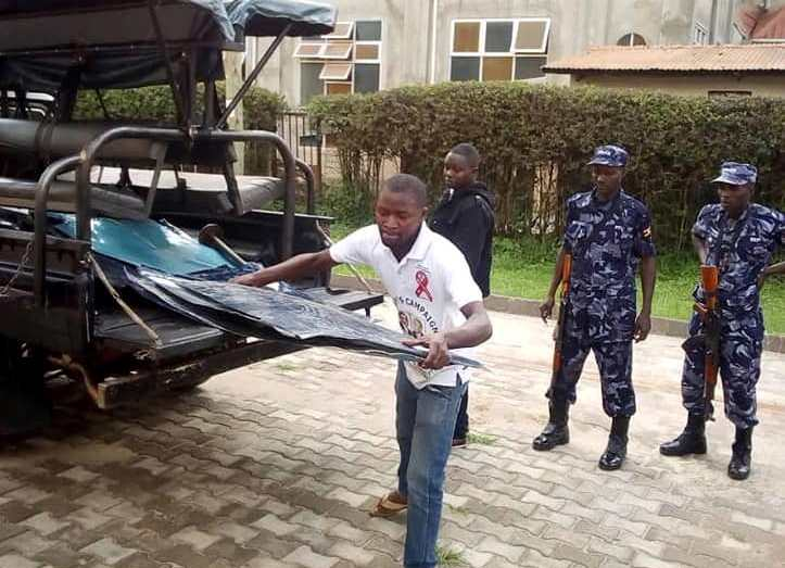 Niwagaba-carry-the-metalic-from-the-police-vehicle