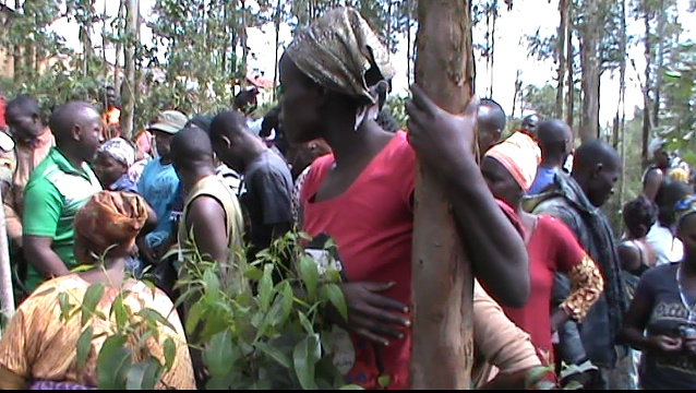 Residents trying to have a glance at the body of shadiya in the forest where it was found dumped. (1)