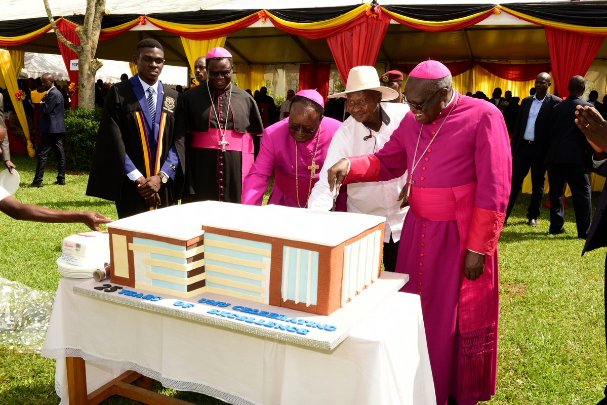 President Museveni officiates the 25th Anniversary of Uganda Martyrs' University, at the Nkozi campus in Mpigi District. He commend the University for their emphasis on training students to become job creators and not job seekers. (PPU PHOTO)