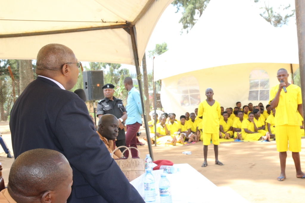 PJ Yorokam Bamwine speaking to inamates at Mbarara main prison on Monday (1)