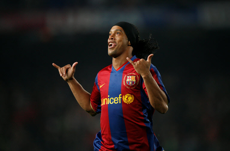 Barcelona's Ronaldinho celebrates his goal against Betis during their Spanish first division soccer match at Camp Nou Stadium in Barcelona November 4, 2007. REUTERS/Albert Gea QUALITY REPEAT