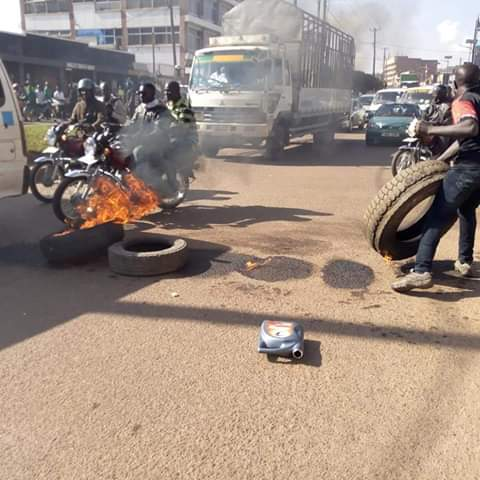 People setting fire in the road in Kamwokya. (PML Dialy PHOTO)
