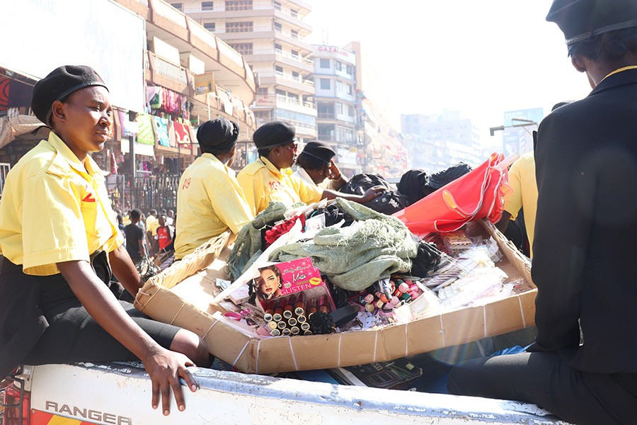 KCCA enforcement officers swing in action to evict street venders off Kampala roads. KCCA has vowed evict the vendors (FILE PHOTO)