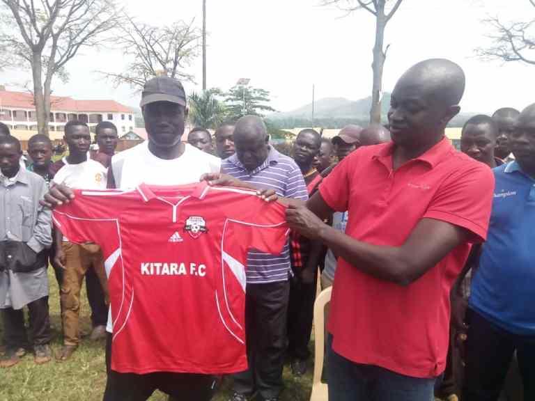 Makumbi (left) with Kitara FC CEO Joshua Atugonza (Photo by Kitara)