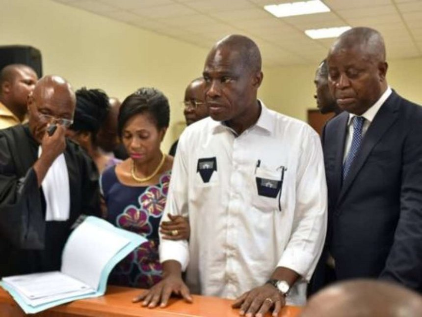 Martin Fayulu (second right) was given a receipt for his petition at the Supreme Court on Saturday.
