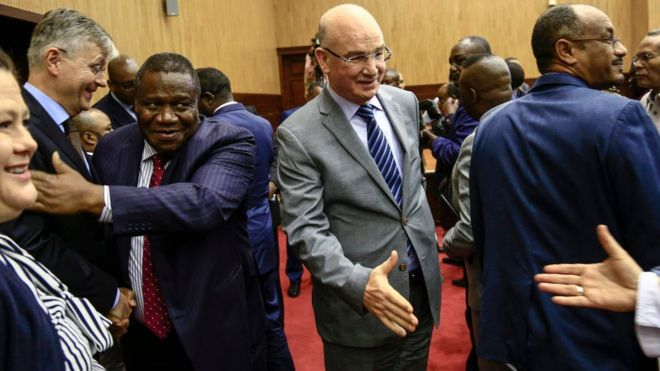 AU commissioner Smail Chergui (c) helped broker the talks in Khartoum