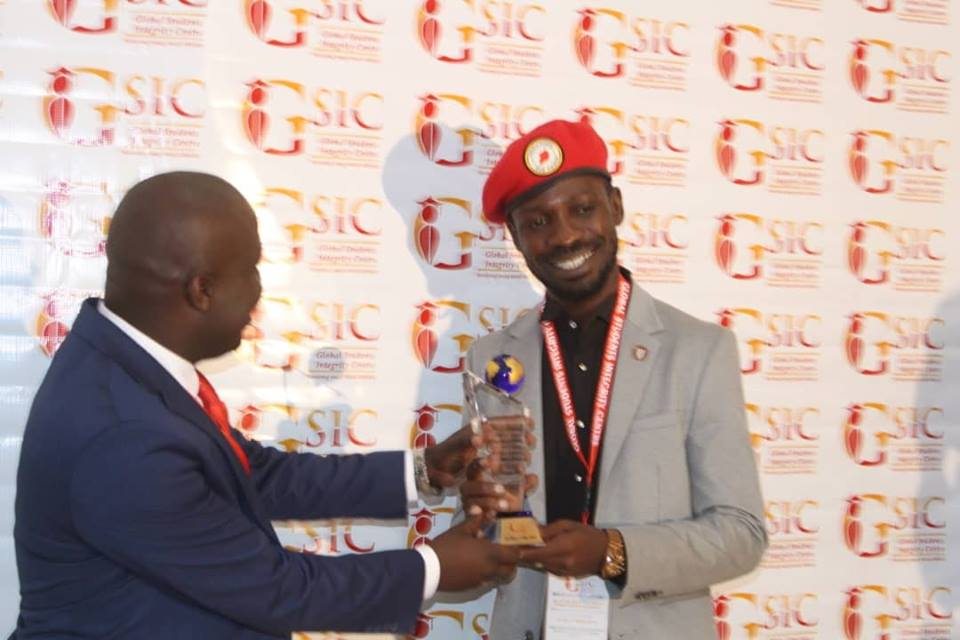 Bobi Wine receives at award in tanzaina for his stance for freedom. (PML Daily Photo)