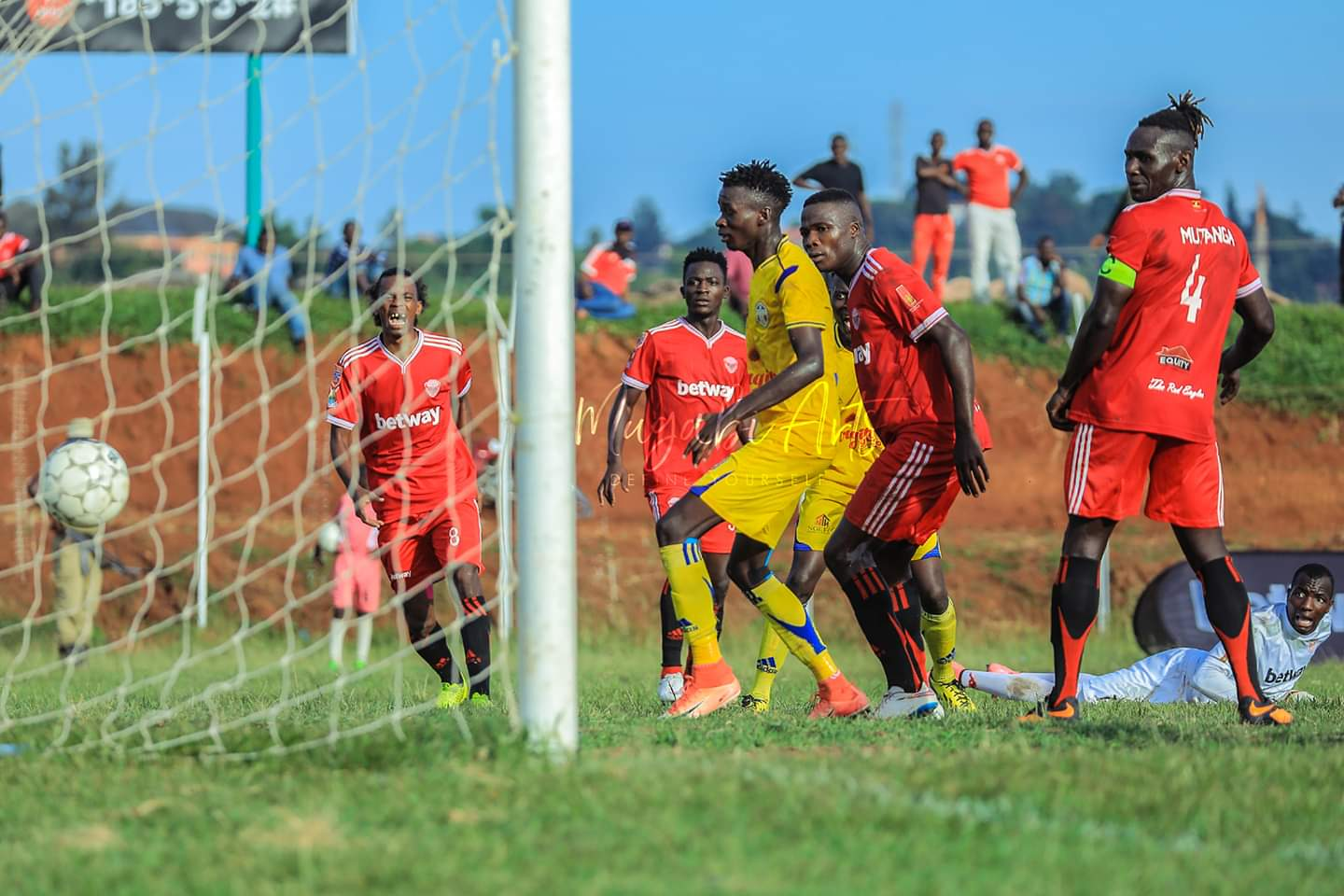 Players look on as Walusimbi handa Maroons the lead at Wankulukuku (Photo by Mugabi Don)