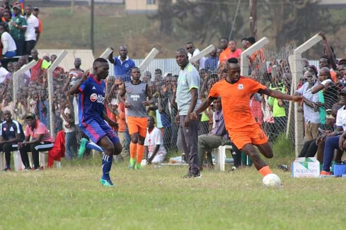 Vipers (blue) are now three points behind the leaders KCCA FC on the log (photo by Agency)