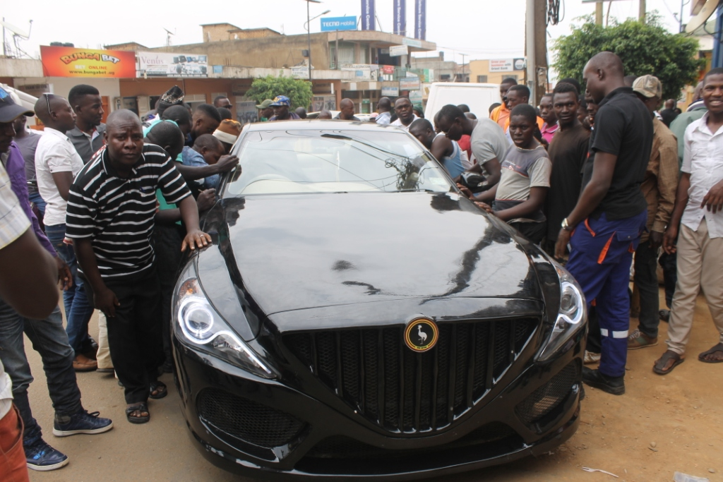 Mbarara People having a glance and a feel of the KIIRA EVS. (PHOTO BY BOB AINE)