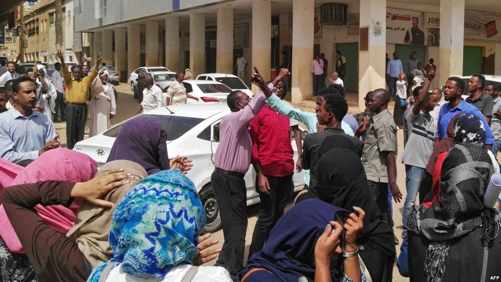 Sudanese security forces arrested around two dozen opposition members on Thursday who were on their way to deliver a petition to the presidential palace