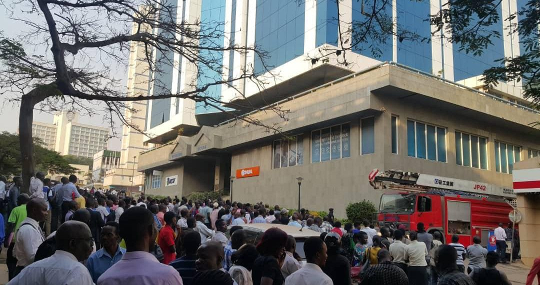 People flock the Workers House area as Police evacuates persons in the building (PML Daily PHOTO)
