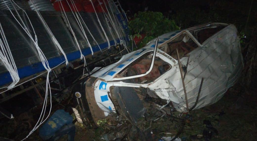 6 people have perished and 8 left with severe injuries after a terrible acicent on Kampala- Gulu Highway accident. (COURTSEY PHOTO)