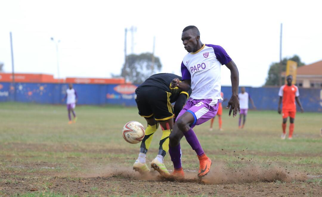 Ojik (15) robes Ziiwa of the ball on Thursday (Wakiso Photo)