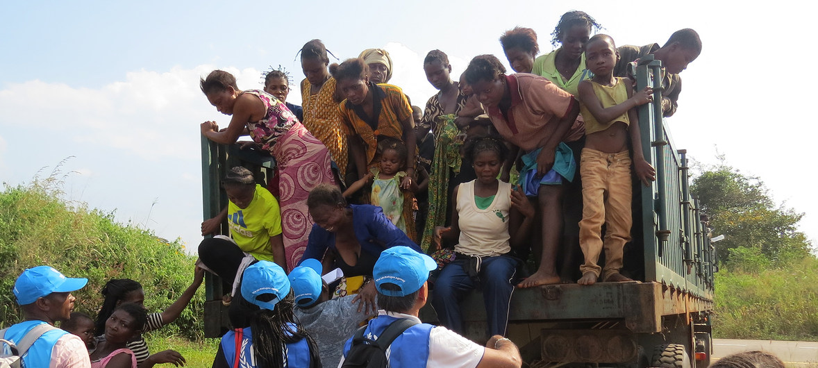 Congolese women and children arrive at a border point in Chissanda, Lunda Norte, Angola after fleeing militia attacks in Kasai Province, Democratic Republic of the Congo. 2 May 2017. ( UNHCR/Pumla Rulashe PHOTO)