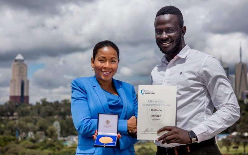 Africa Prize judge Rebecca Enonchong presents Ugandan Brian Gitta of Matibabu with the Africa Prize winner's medal, 13th June 2018, Nairobi Kenya. (PHOTO/FILE)