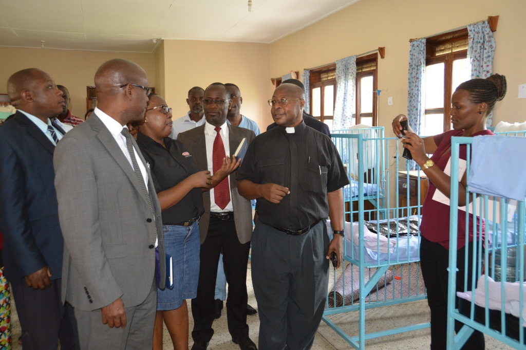 Lungi Koni(M) explaing to how the paints works to CAO Mbarara Kweyamba Ruhemba, Dr. Peter Ssebutinde and Fr. Bonaventure in the children's ward (1)