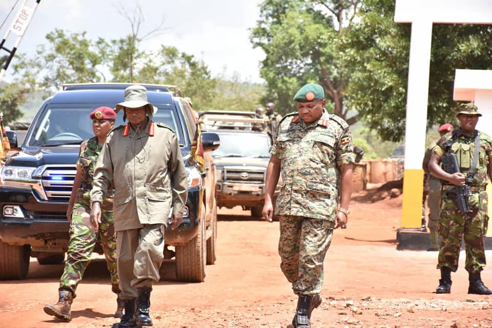 On the way from Kampala at Matugga Trading Centre in Wakiso District, President Museveni directed his personal medical doctor to fully examine a 4-month old baby. (PHOTO/PPU)