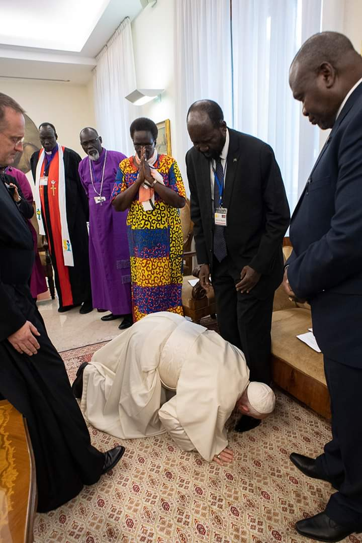 Pope Francis kneels to kiss the feet of South Sudan's President Salva Kiir Mayardit (C) and South Sudan opposition leader Riek Machar (R) at the Pope's Santa Marta residence in the Vatican on April 11, 2019. (PHOTO/COURTESY)