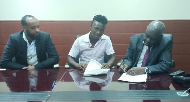 Ssempala (center) posses with Gor Mahia officials during the contract signing (Agency Photos)