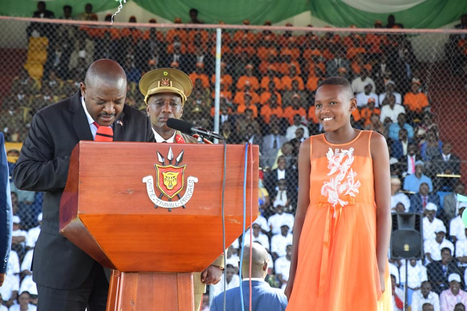 Head of state Pierre Nkurunziza gives an envelope (of money) to his daughter Naomie Nkurunziza, who has been behaving well at home. (PHOTO/COURTESY)