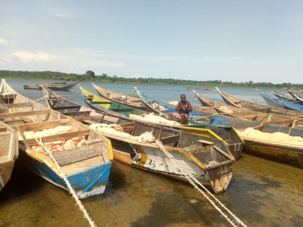 A fisherman prepares to row his boat in Lake Victoria at Katosi Landing site. (PHOTO/Namajja)