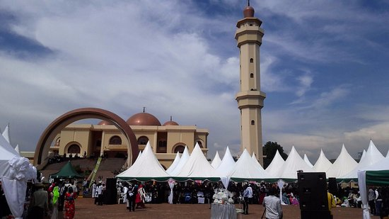Moslems at the National Mosque for prayers. Government has confrimed wedsnday will be Eid Al Fitr day. (PHOTO/File)