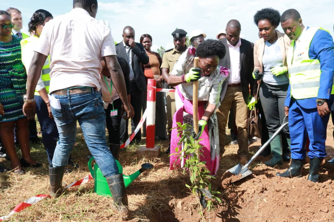 Speaker of Parliament  @RebeccaKadagaUG  has launched the tree planting initiative towards climate change mitigation in the Lake Victoria catchment area of the new Katosi water treatment plant.