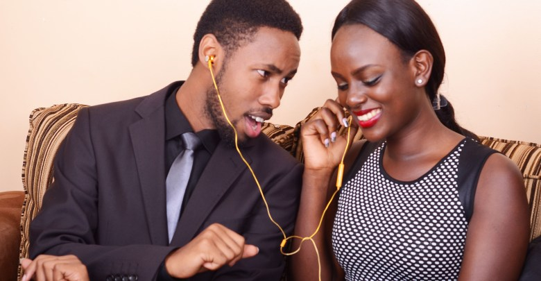 A couple share earphones. Health experts have revealed that earphones/headphones have lasting permanent effects on users. (PHOTO/Net)