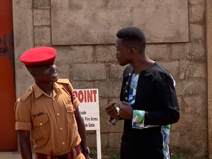 Bobi Wine share an insight with a prison guard at Luzira maximum prison. (PHOTO/Courtesy)