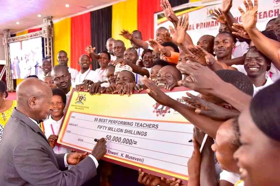 President Museveni signs a UGX50M cheque