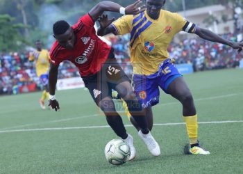 Vipers' Paul Willa (R) and KCCA's Mustafa Kizza (L) fight for possession on Saturday. (PHOTOS/Ssanyuka TV)