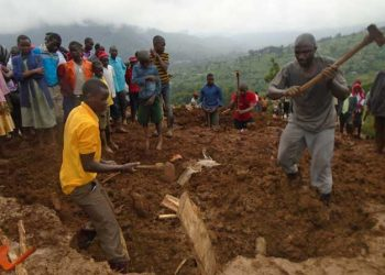 Bududa residents dig mud in search of bodies of their colleagues (PHOTO/Courtesy).