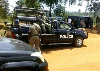 Police has heavily deployed at Dr. Kizza Besigye's home in Kasangati as the veteran opposition leader was  planning to hold a parallel anti corruption walk in unknown location (PHOTO/PML Daily).