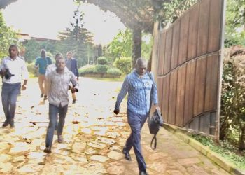 Dr Kizza Besigye beat the 24/7 guard at his residence in Kasangati this morning and left his besieged residence (PHOTO/Courtesy)
