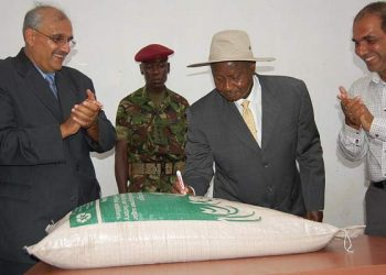 President Museveni writes on a bag of Sugar during the commissioning of Abid Alam's kaliro sugar recently (PHOTO/File)