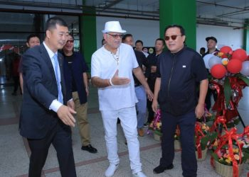 Chinese investor Mr. Ye Baochun Shopping Union proprietor (L), Tycoon Sudhir Ruparelia (M) and Mr. Lou Xiaoming another Chinese businessman (R) at the opening (PHOTO/Courtesy).