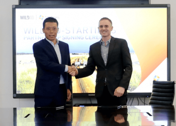 StarTimes Group Vice-President, Luis Lu and WildAid CEO Peter Knights  in Beijing (PHOTO/Courtesy)